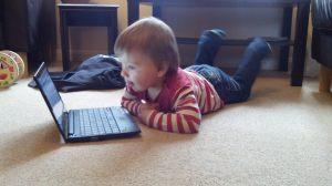 Der Computer und der Toddler